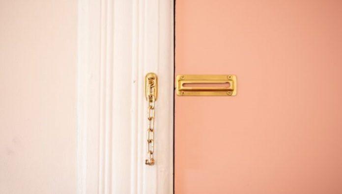 cerradura-en-puerta-de-cerrajería-en-Madrid
