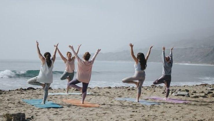 clase-de-yoga-en-Málaga-grupal-en-la-playa